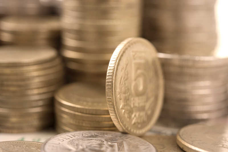 货币堆里竖立的货币