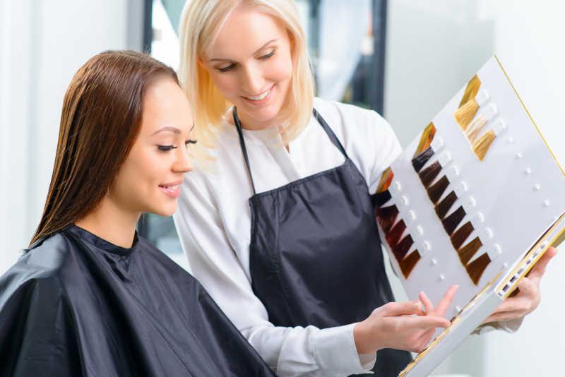 正在给顾客推荐染发的理发师