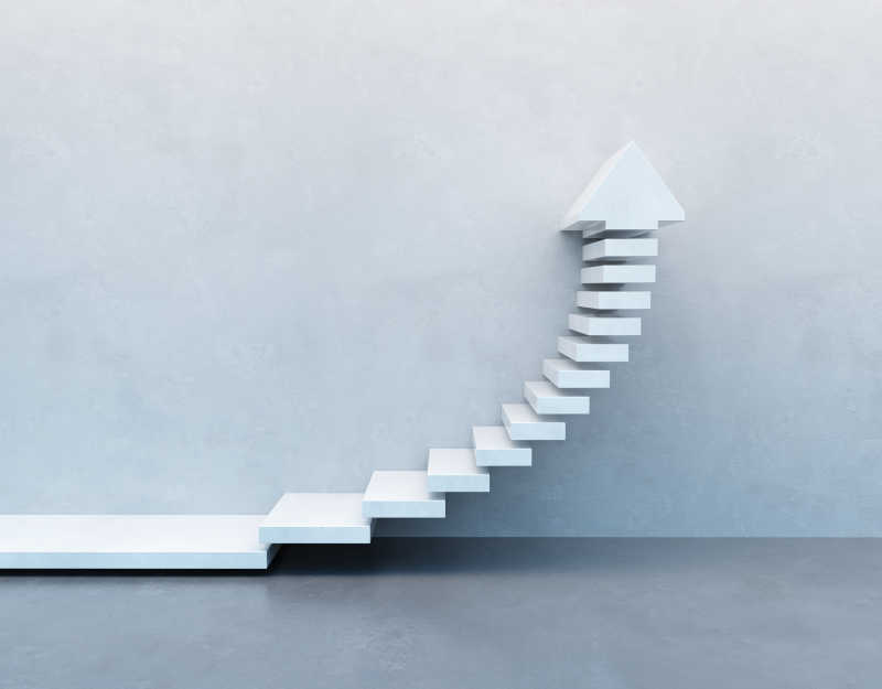 灰色墙边箭头概念的台阶