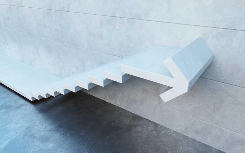 墙边的白色箭头台阶