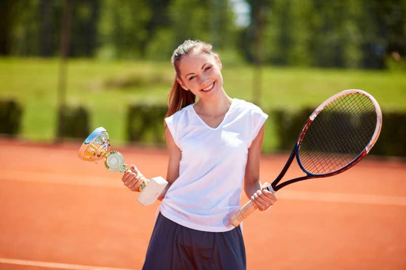 网球比赛中的女子优胜者