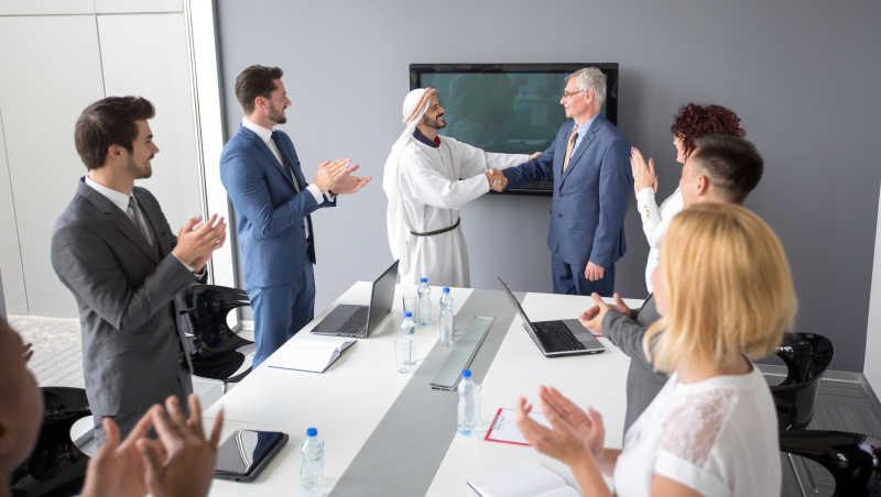 阿拉伯人与公司董事成功合作并握手