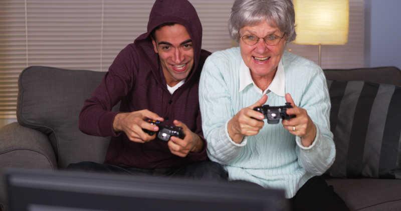 西班牙裔孙子和祖母玩电子