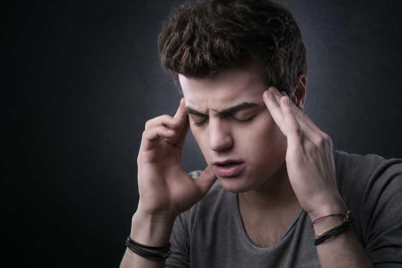 感到头疼的年轻人