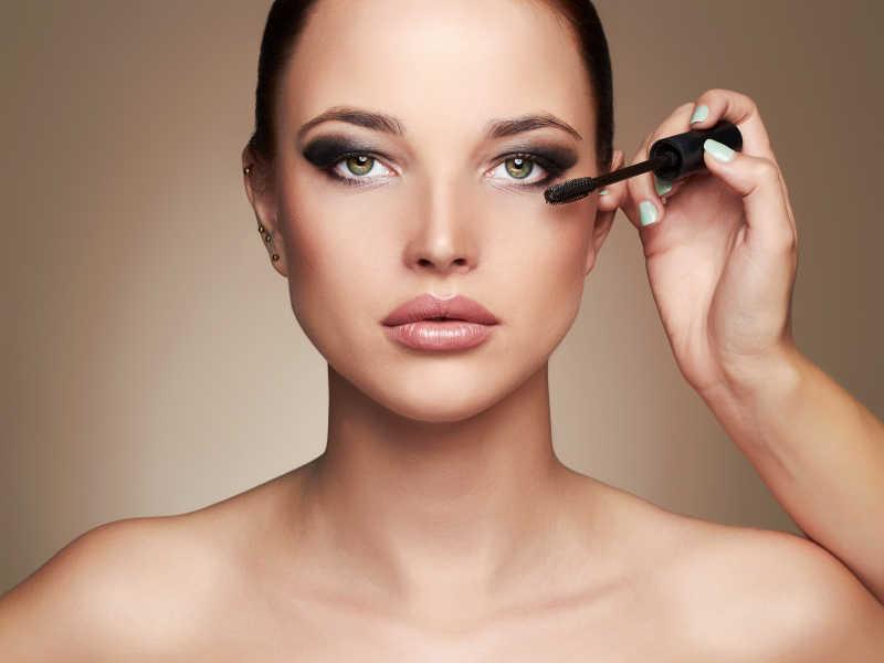 化妆师为模特化妆睫毛膏