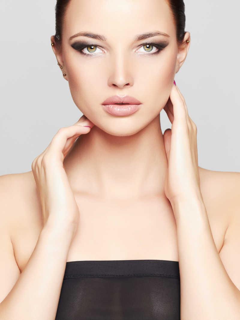 时尚美女化妆的模特
