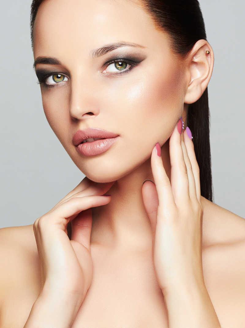 时尚化妆的模特