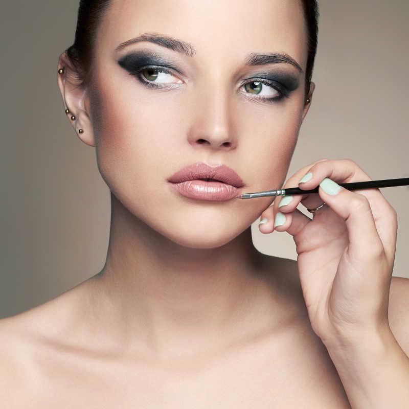 化妆师为模特涂唇膏