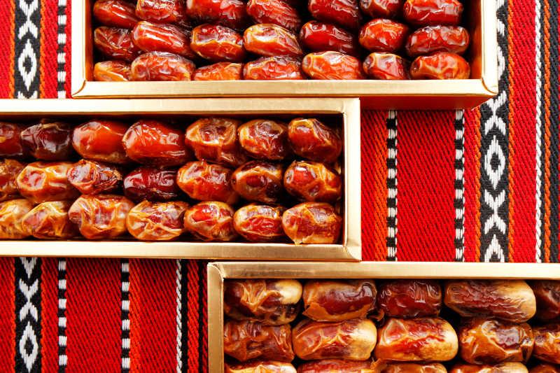 阿拉伯织布上的红枣礼盒