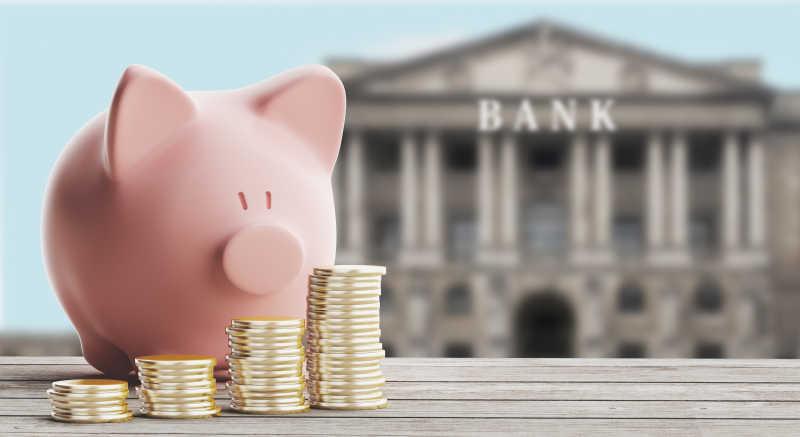 银行背景下的小猪存钱罐和硬币