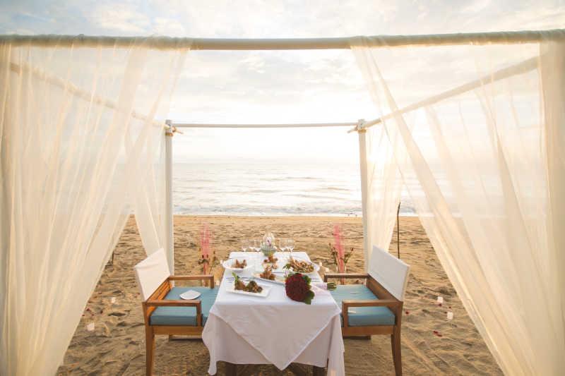 海滩上摆着浪漫的晚餐