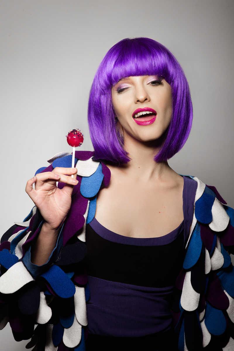 戴着紫色假发的美女