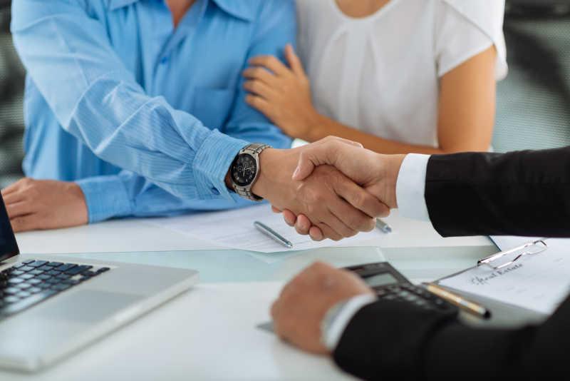 与顾客之间的握手