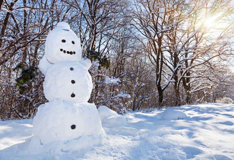 冬天路边的雪人