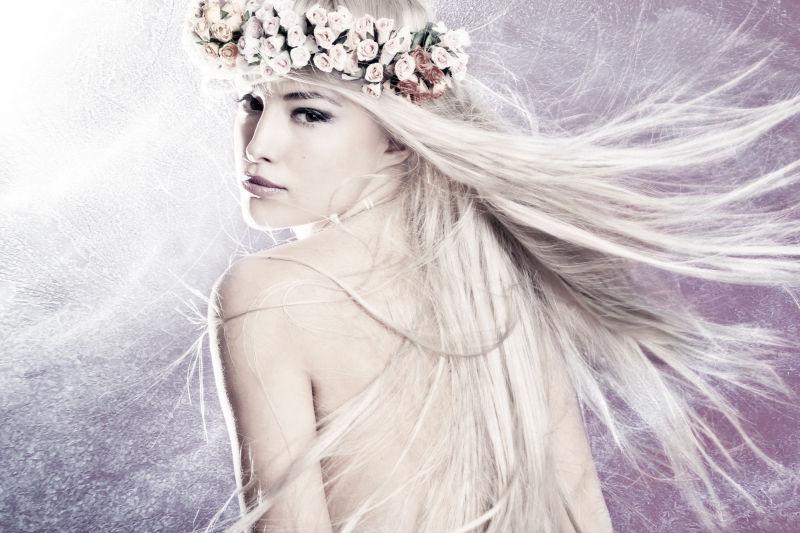 银色长发美女戴着花环