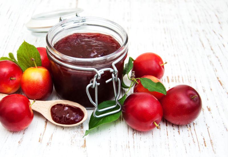 美味的梅子酱和红色的浆果