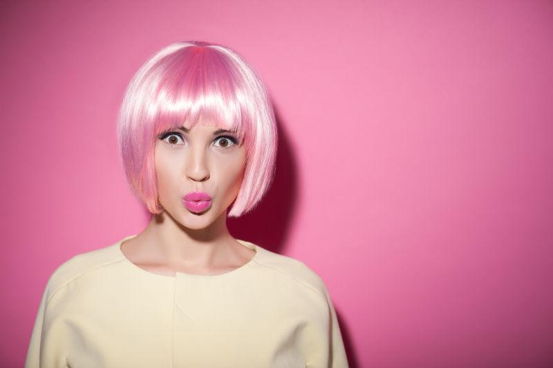 粉色背景下时尚的可爱的女孩