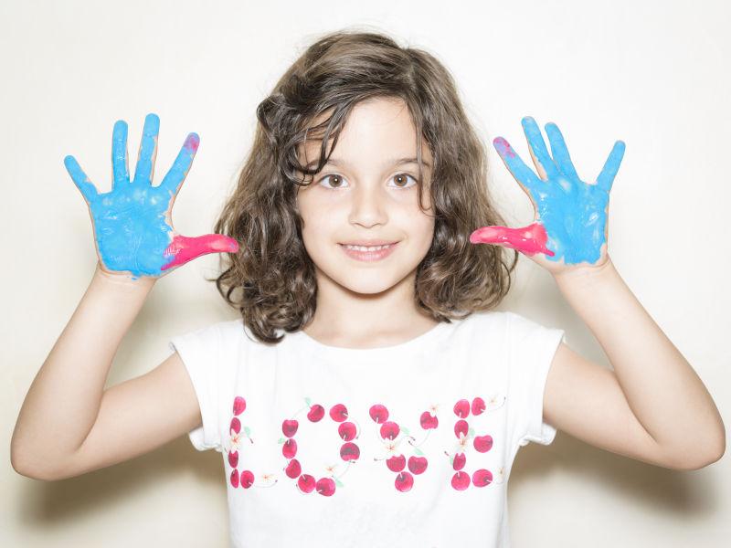 手上有彩绘的小女孩
