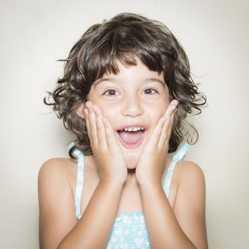 可爱微笑的卷发小女孩