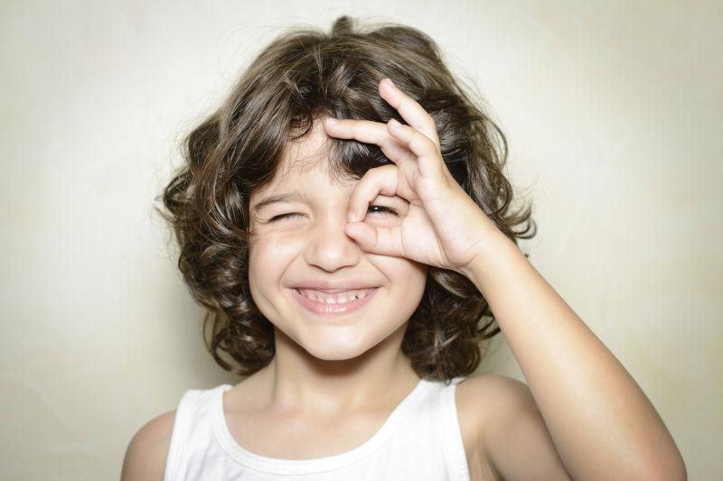 可爱微笑的卷发女孩