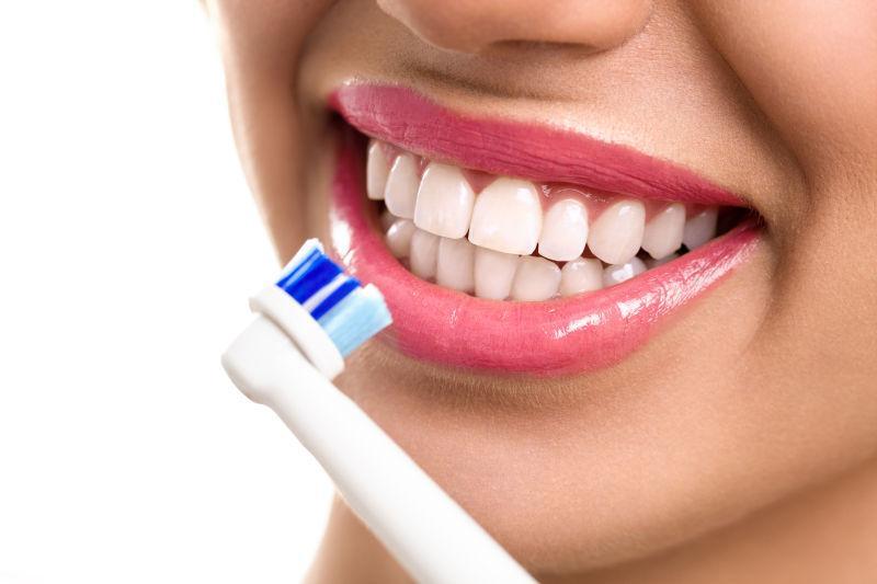 手持牙刷的美女刷牙
