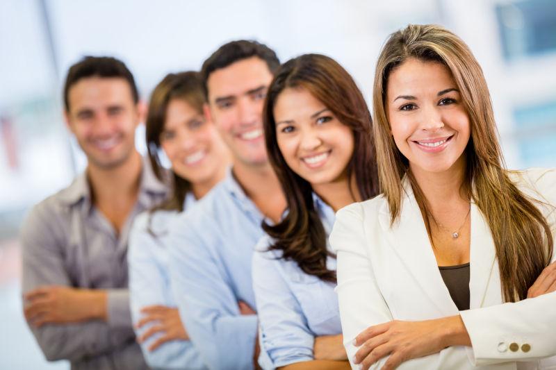 五个商业人士的微笑合影