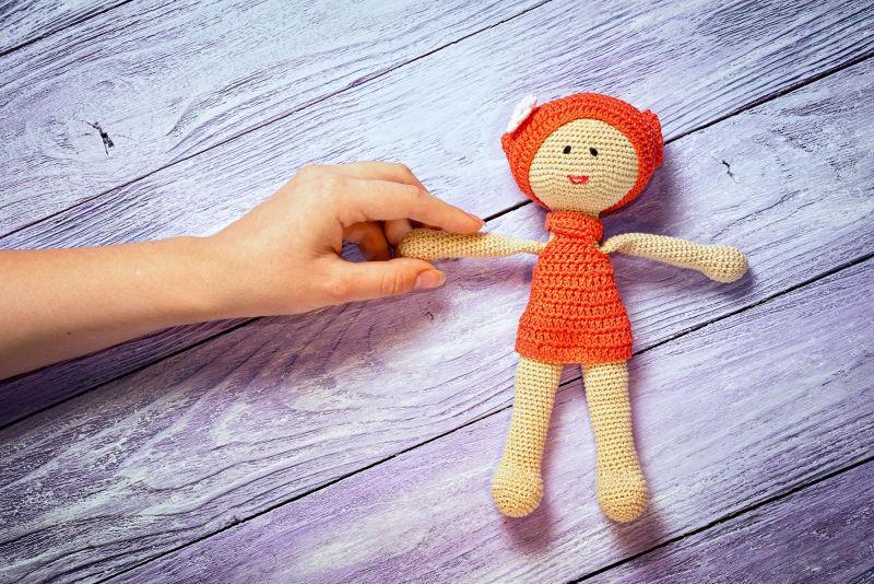 木板上的手工玩偶