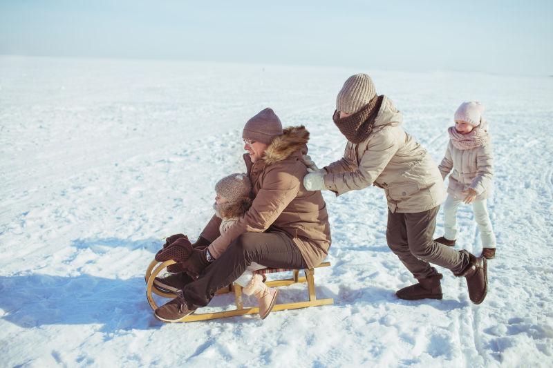 冬天骑雪橇的快乐家庭