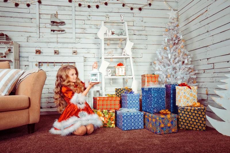 正在查看自己的礼物的圣诞小女孩