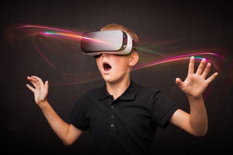 戴着3D眼镜-vr眼镜做出惊讶表情的男孩