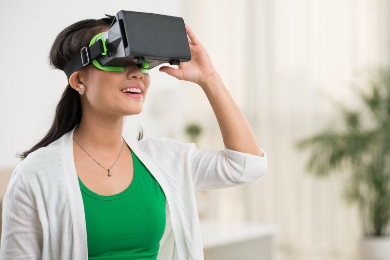 白色室内背景下戴着3D眼镜-vr眼镜的人