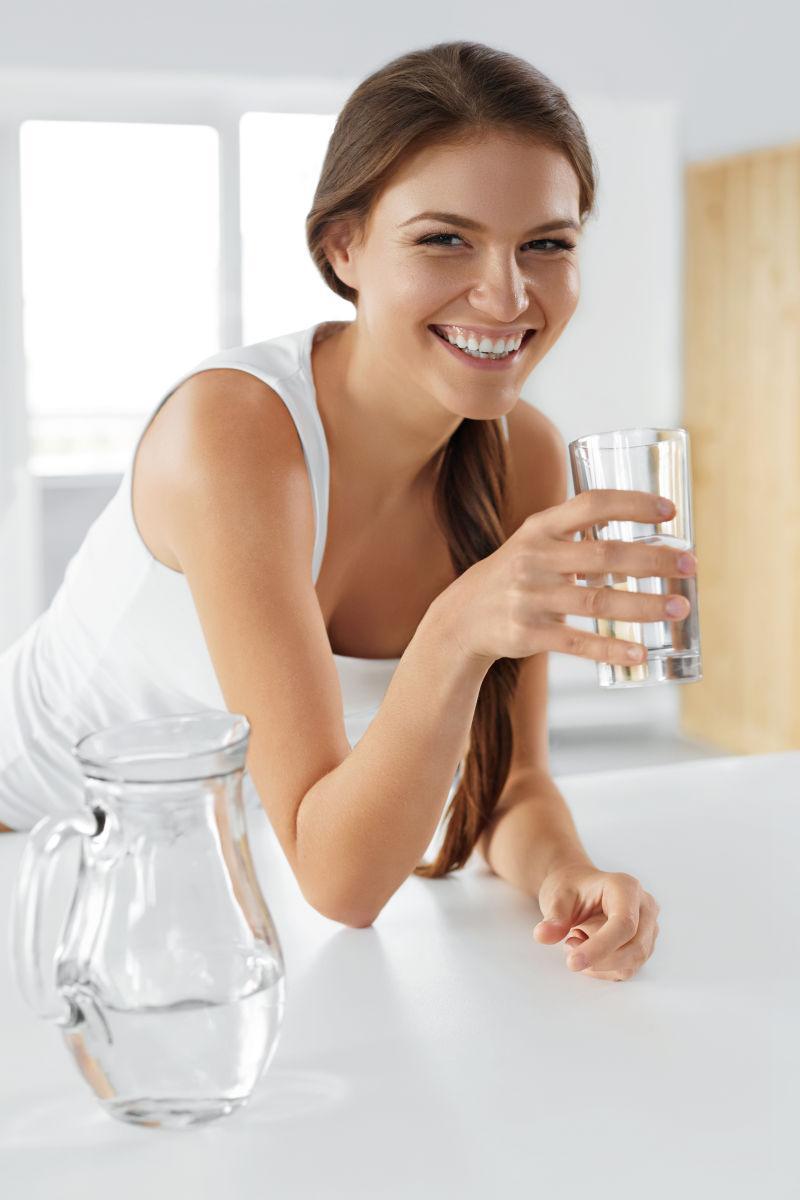 美女每天一杯水