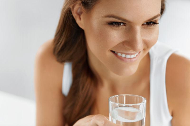 开心喝水的美女