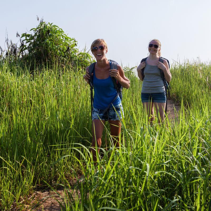 开行走在野外的徒步旅行者
