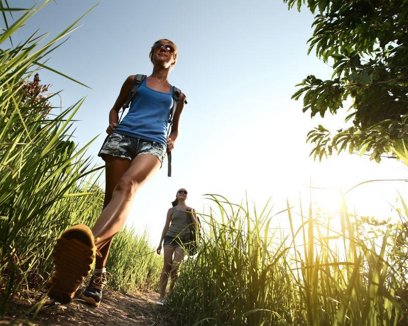 女性徒步旅行者的仰视镜头
