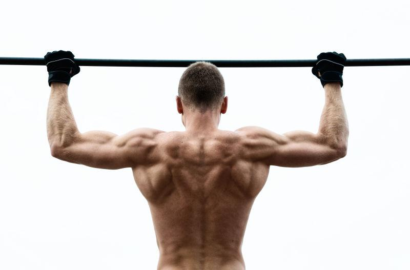 肌肉男在水平杆顶着头顶