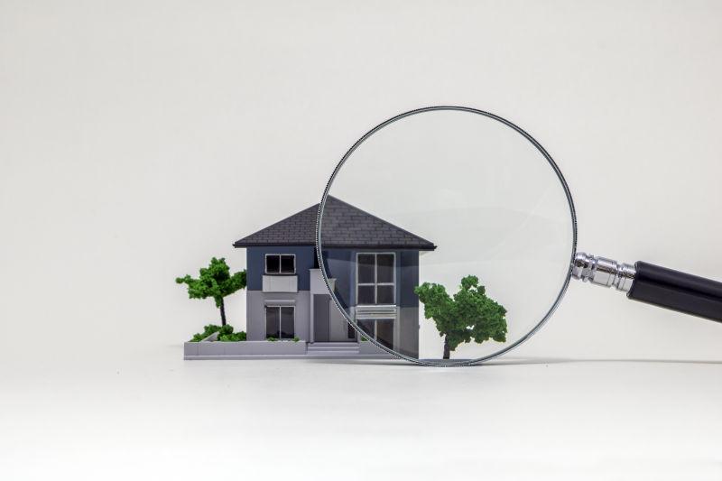 用放大镜看房子