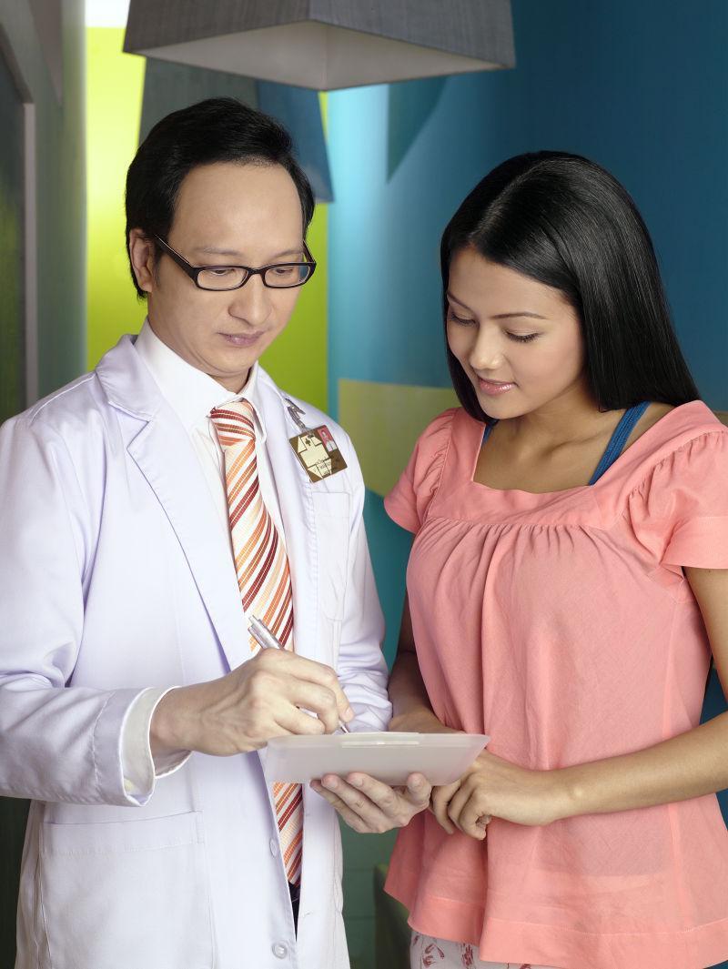 欧美病人和大夫16p_蓝色背景下戴手术口罩的医生图片-戴手术口罩的医生素材-高清 ...