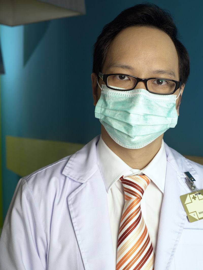 戴手术口罩的医生