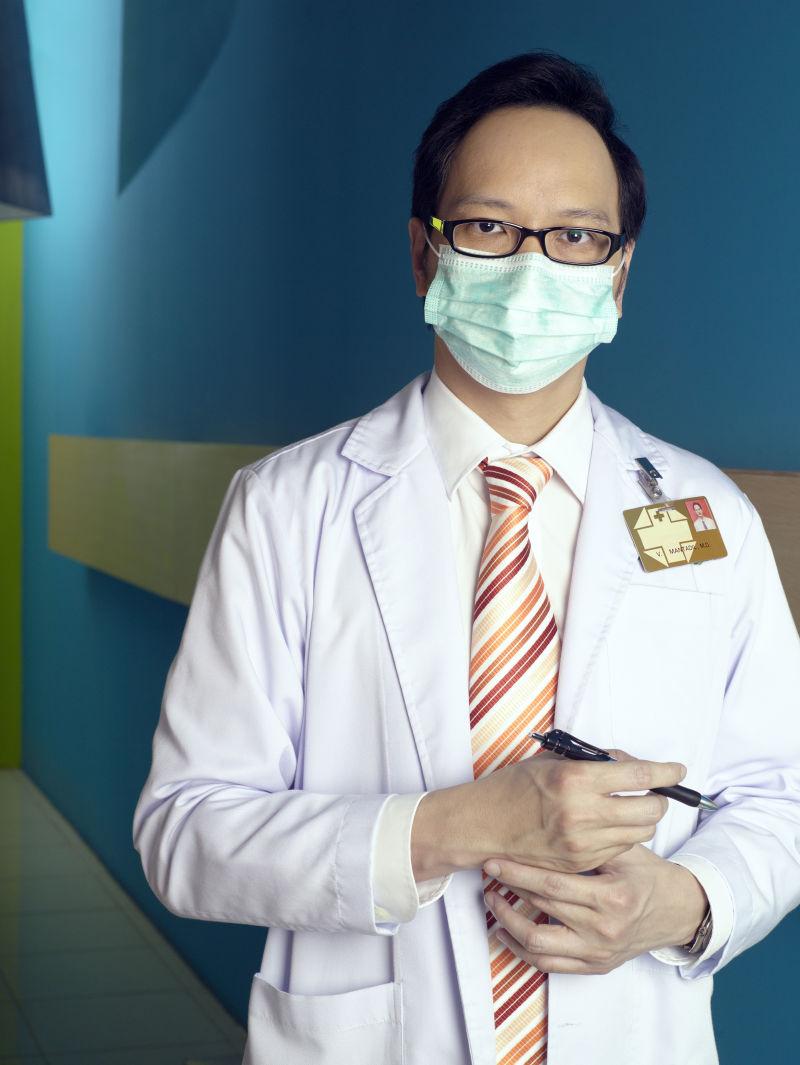 医院戴手术口罩的医生