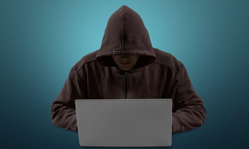 操控着笔记本的黑色卫衣黑客