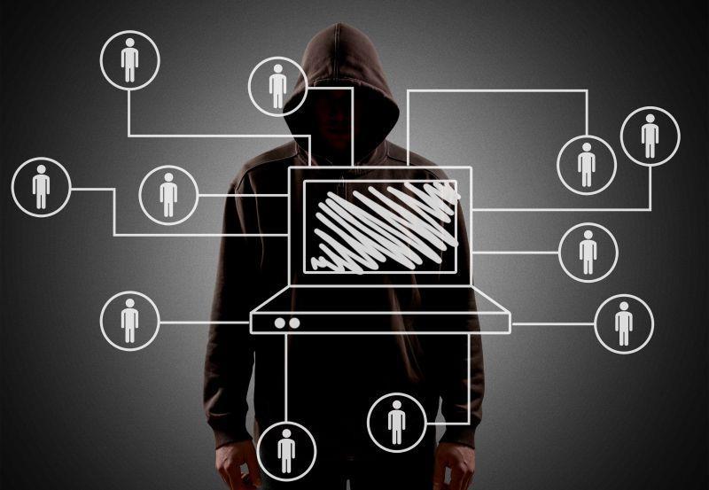 穿着黑色卫衣的计算机黑客概念图