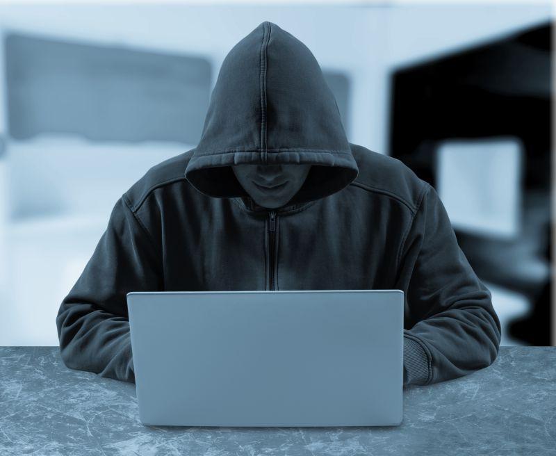 房间里操控着笔记本的互联网黑客