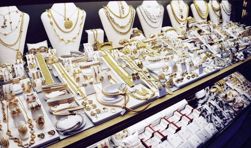 柜台上的珠宝首饰