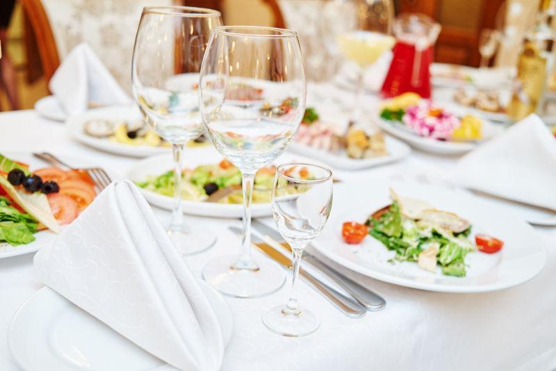 餐桌上的西式晚餐和酒杯
