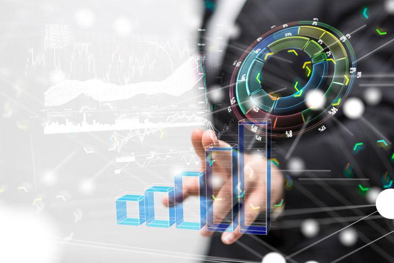 商人用手指触摸虚拟屏幕上的数据图表