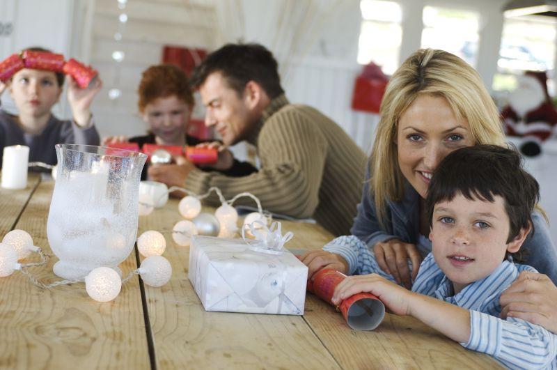 幸福的一家人坐在桌子上