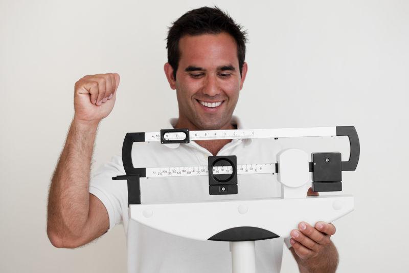 拿着量尺减肥概念