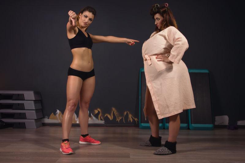 运动受女孩和胖女孩