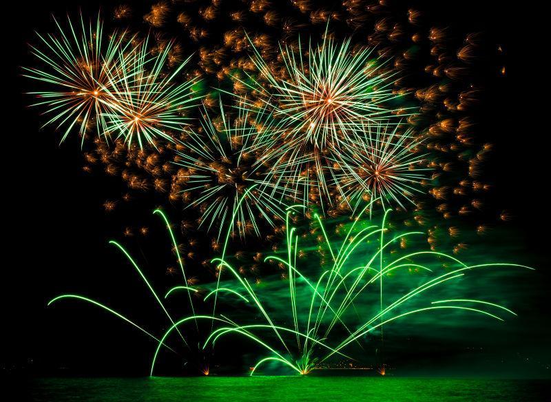 在夜空下盛开的绿色烟花